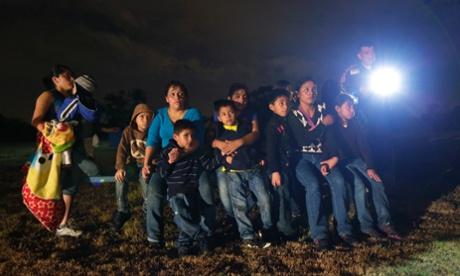 Inmigrantes hondureños y salvadoreños que cruzaron la frontera entre Mexico-USA detenidos en Tejas.  Fotografía: Eric Gay/AP